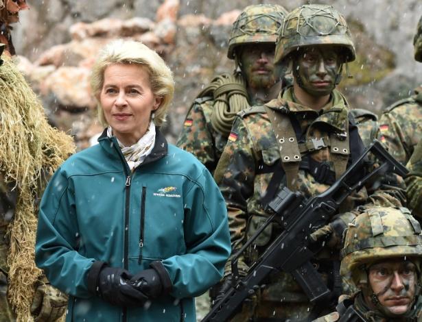 A ministra da Defesa da Alemanha, Ursula von der Leyen, posa com soldados de infantaria após exercício no vilarejo de Bad Reichenhall, no sul da Alemanha