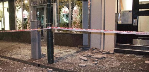 Pedaços de prédio desabam na calçada em Wellington, na Nova Zelândia, após tremor
