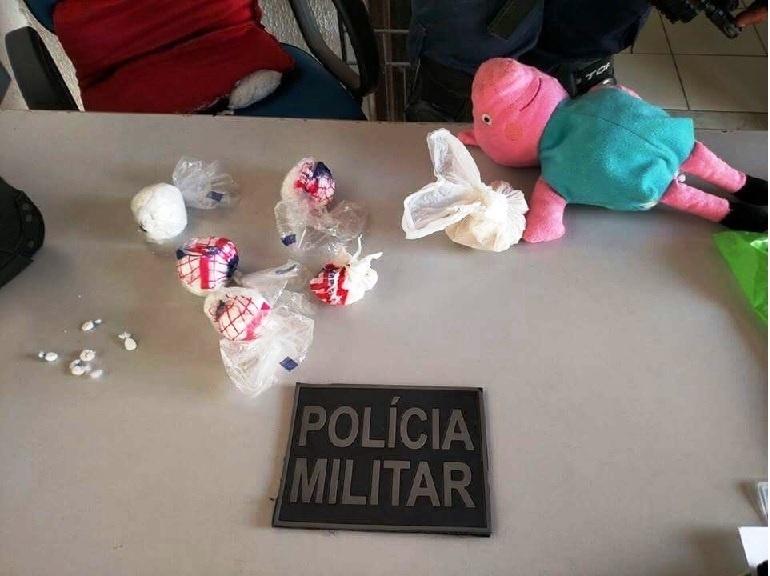 28.ago.2015 - Policiais militares prenderam uma mulher por tráfico de drogas em Pindoretama, a 49 km de Fortaleza. As drogas estavam guardadas dentro de um boneco de pelúcia, da personagem Peppa Pig, escondido em um terreno baldio em frente à casa da suspeita