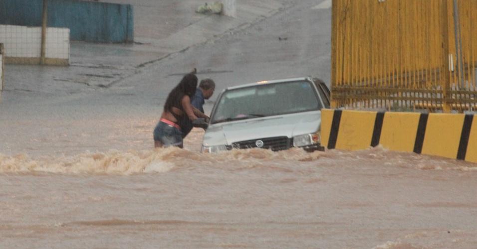 1º.jan.2016 - Chuva forte causa alagamento na rua Cabo Adão Pereira no bairro de Pirituba, região oeste de São Paulo