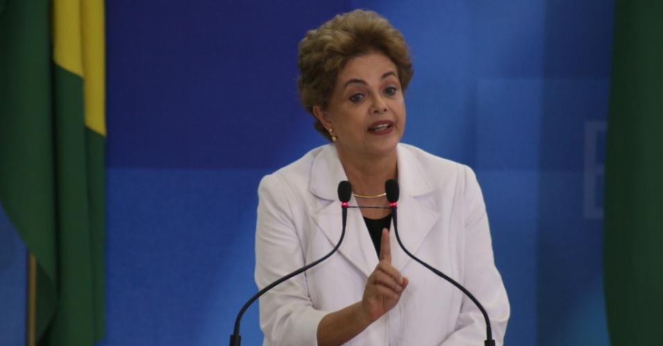 12.abr.2016 - Em encontro com professores e estudantes em defesa da democracia em Brasília (DF), Dilma criticou o vazamento do áudio de Temer.