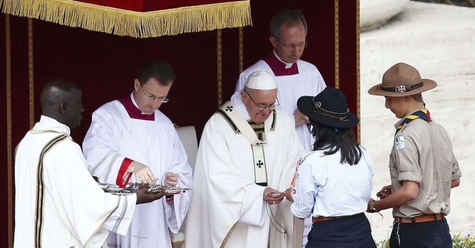 24.abr.2016 - O papa Francisco dá um crucifixo de presente a alguns escoteiros durante uma missa para o Jubileu dos Jovens, na praça de São Pedro, no Vaticano. O papa lançou um apelo a milhares de jovens e pediu que lutem por um