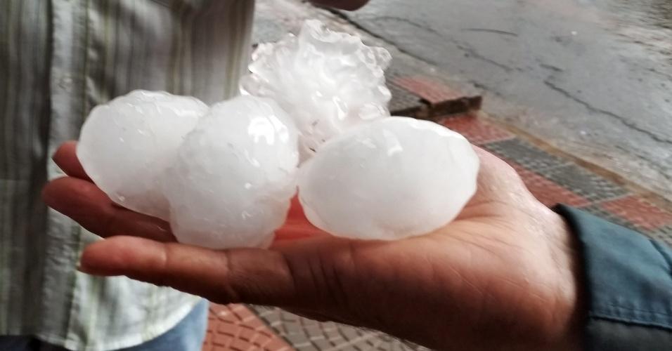 13.jul.2015 - Morador exibe pedras de gelo que caíram durante as fortes chuvas que atingira a cidade de Floresta, no Paraná. As chuvas do final de semana danificaram mais de 1.200 casas em todo o Estado