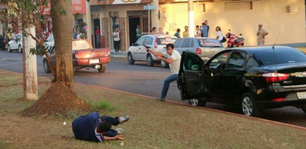 http://imguol.com/c/noticias/8f/2016/09/28/28set2016---o-funcionario-publico-gilberto-ferreira-do-amaral-atira-contra-a-carreata-em-que-estava-o-vice-governador-de-goias-jose-elton-e-o-candidato-a-prefeito-de-itumbiara-jose-gomes-1475107214319_615x300.jpg
