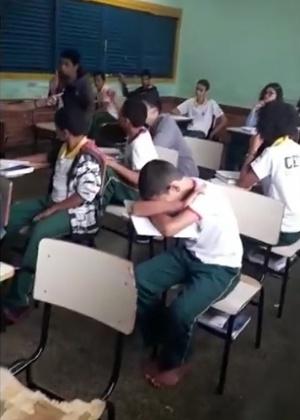 Garoto fica descalço em sala de aula após supostamente ter seus chinelos retirados pelo diretor da escola