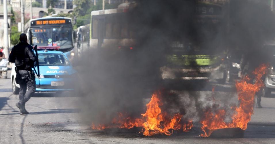 11.ago.2015 - Um homem morreu depois de ser baleado em tiroteio na favela da Mangueira, nesta terça-feira (11), na zona norte do Rio de Janeiro, entre PMs da UPP (Unidade de Polícia Pacificadora) e homens armados. Após o confronto, um grupo de moradores realizou um protesto no local. Manifestantes mais exaltados atearam fogo a objetos e depredaram ônibus. Um paralelepípedo foi lançado contra os policiais e acabou quebrando a vidraça dianteira de um veículo da PM