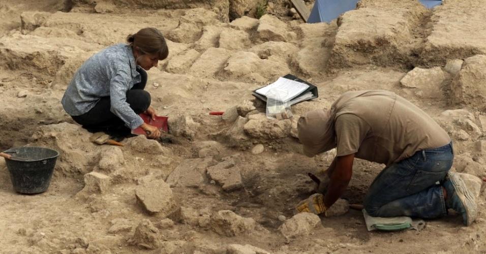 10.set.2015 - Arqueólogos da equipe do Museu Britânico escavam no sítio da faculdade Freres, no sul da cidade libanesa de Sidon, depois que a equipe encontrou artefatos e crânios que remontam ao período das cruzadas (1095-1291). As cruzadas foram movimentos que partiram da Europa em direção à Terra Santa e à cidade de Jerusalém com o intuito de conquistá-las, ocupá-las e mantê-las sob domínio cristão