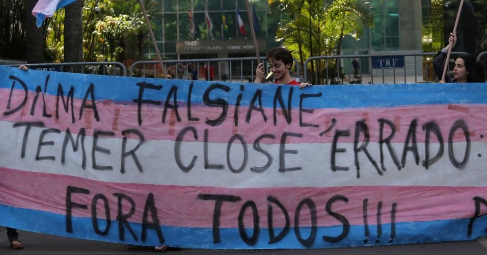 29.mai.2016 - Manifestantes protestam contra a presidente afastada, Dilma Rousseff, e o presidente interino, Michel Temer, durante a 20ª Parada do Orgulho LGBT