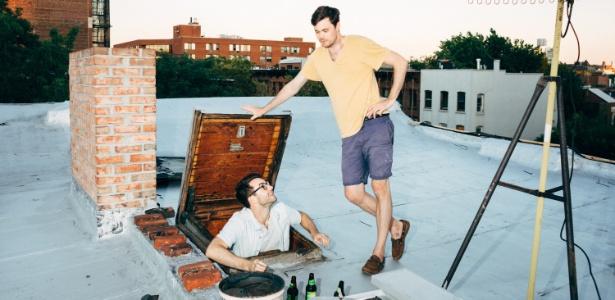 Ben Moss (esq.) e Lucas Whitehead no telhado do prédio onde moram (Andrew White/The New York Times)