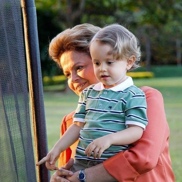 26.jul.2015 - No Dia dos Avós, a presidente Dilma Rousseff publicou em seu perfil no Facebook uma foto com seu neto Gabriel e anunciou que ganhará um segundo neto. Na mensagem que acompanhava a foto, Dilma disse estar com a
