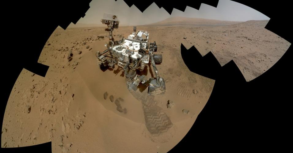 27.ago.2015 - MARTE - Em 2012, a sonda Curiosity aterrissou na cratera de Gale com o objetivo de analisar as rochas e o solo do local, em busca de minerais que se formam na água, sinais de água subterrânea e moléculas à base de carbono, que seriam indícios de material orgânico. A finalidade da missão é de descobrir se já houve um ambiente adequado para desenvolvimento de vida microbiana no planeta. Nesse mosaico de imagens feitas em novembro de 2015, a sonda faz um