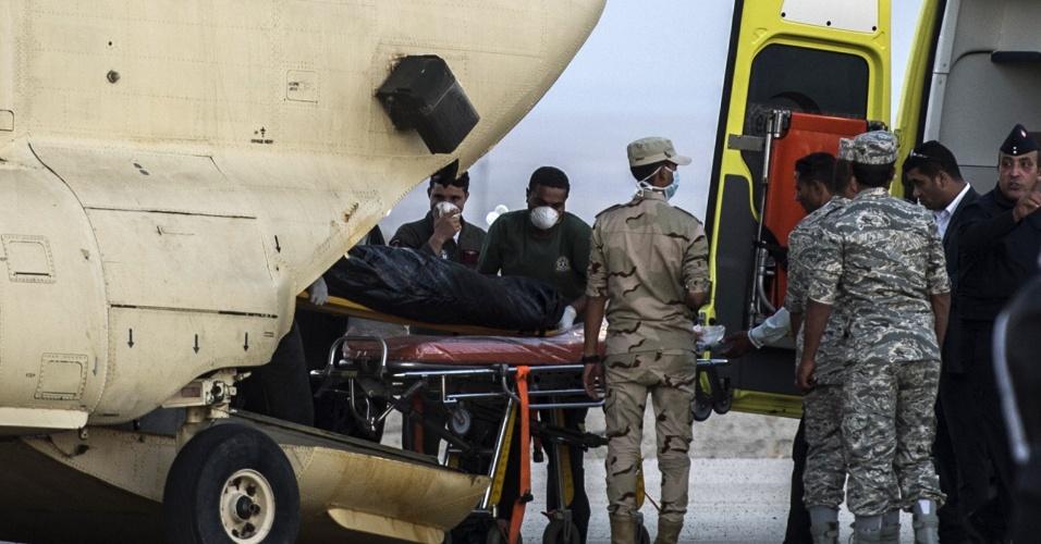 31.out.2015 - Paramédicos egípcios trabalham para remover os corpos das vítimas do acidente aéreo que matou 224 pessoas no Egito. Segundo autoridades locais, 129 corpos já foram recuperados e transferidos para um necrotério da região. O avião, um Airbus-321 da companhia Kogalimavia (conhecida como Metrojet), caiu na península do Sinai minutos após a decolagem, com 217 passageiros e sete tripulantes a bordo. A maioria dos passageiros era formada por turistas russos
