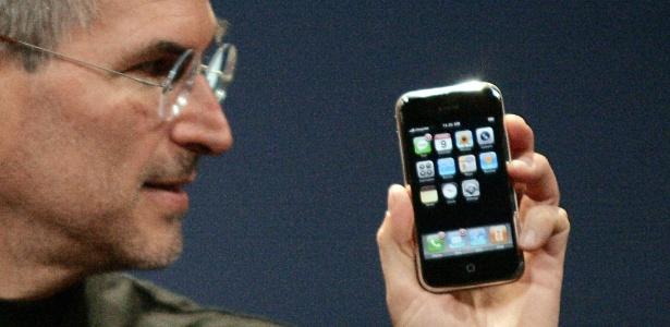 Steve Jobs apresenta o iPhone 2G ao mundo em janeiro de 2007
