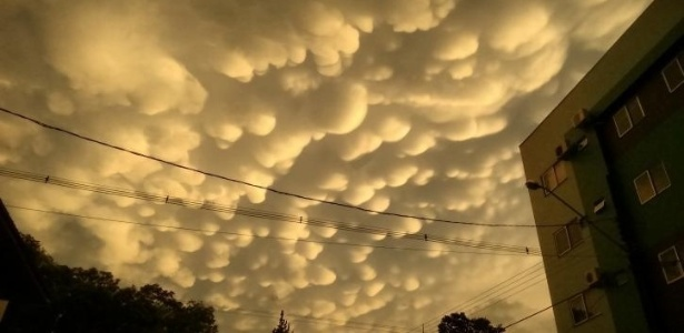 http://imguol.com/c/noticias/92/2015/10/27/nuvens-mammatus-apareceram-em-chopinzinho-no-parana-mas-a-mammatus-tambem-pode-acompanhar-nuvens-mais-suaves-que-nao-trazem-chuvas-elas-nao-sao-generos-especificos-de-nuvem-a-mammatus-e-um-assessorio-1445962804279_615x300.jpg