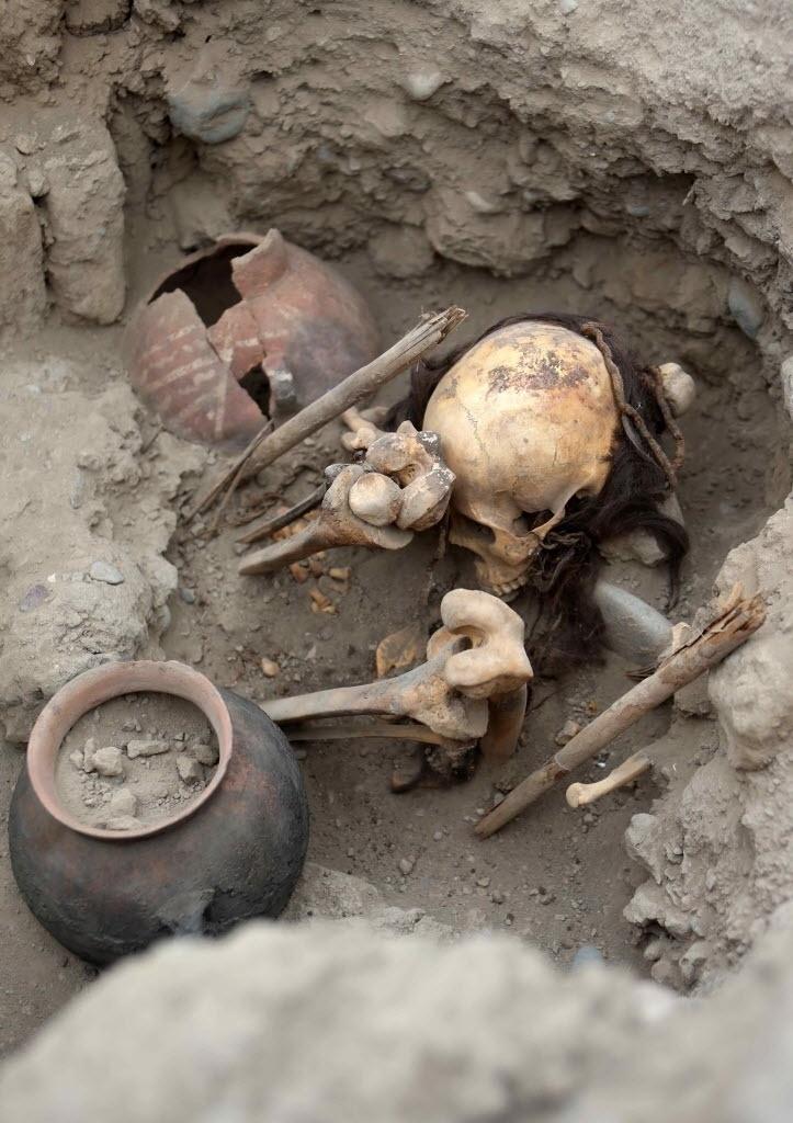 ENTERRADOS SENTADOS NO PERU - Uma equipe de arqueólogos encontrou quatro tumbas pertencentes à cultura pré-hispânica ichma, civilização que existiu na costa central do Peru entre os anos de 1000 a 1450 d.C. A imagem mostra uma das tumbas encontradas em cima da Grande Pirâmide feita em adobe, que forma parte do centro cerimonial conhecido como Huaca Pucllana, em Miraflores, Lima. Se trata de quatro adultos: três mulheres e um homem. Os corpos foram enterrados sentados, envolvidos em tecidos e cordas. Havia ainda vasilhas de cerâmica, mate e instrumentos relacionados à atividade têxtil, enterrados junto aos corpos como oferendas