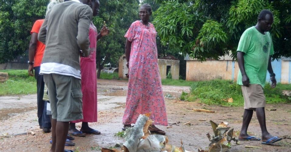 4.nov.2015 - Moradores observam escombros do avião de carga russo que caiu pouco tempo depois de decolar do aeroporto de Juba, no Sudão do Sul. Pelo menos 37 pessoas morreram, no avião e em solo. Uma criança sobreviveu