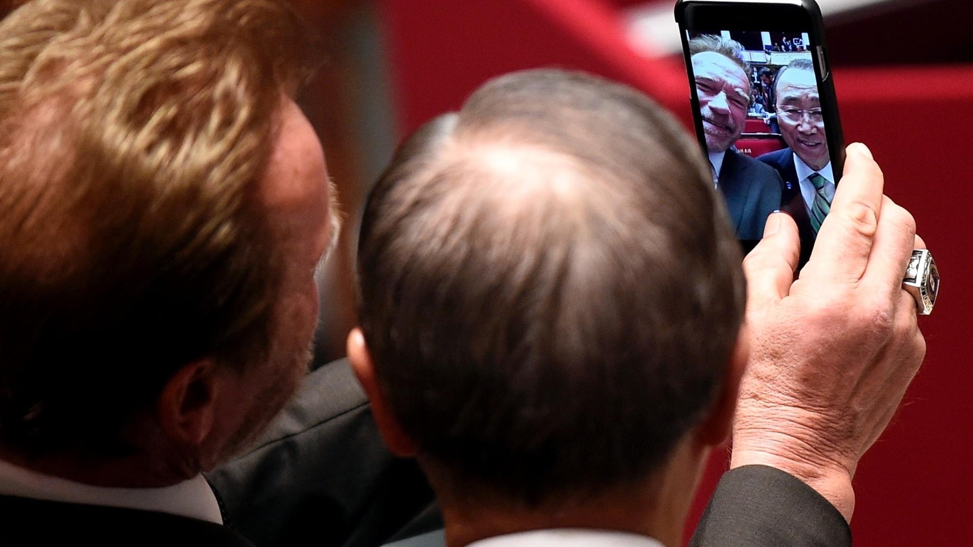 5.dez.2015 - Ator e ex-governador da Califórnia (EUA), Arnold Schwarzenegger, faz uma selfie com o secretário-geral da ONU, Ban Ki-moon, em conferência na COP-21, em Paris