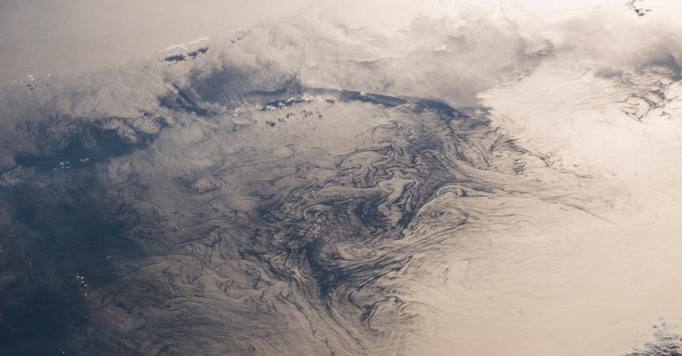 28.set.2016 - Fotografia revela redemoinhos no golfo de São Lourenço, onde está a ilha Prince Edward, no Canadá. Os turbilhões de água formados na parte rasa do golfo, conhecida como banco de Bradelle, devem-se aos fluxos e correntes marítimas complexas da região. A foto foi feita por astronautas na ISS (Estação Espacial Internacional)
