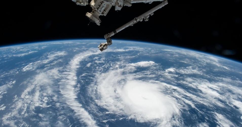 24.ago.2015 - O astronauta da Nasa (Agência Espacial Norte-Americana) Scott Kelly fotografou o furacão Danny sobre o oceano Atlântico, diretamente da Estação Espacial Internacional. Danny passou de o primeiro furacão da temporada no Atlântico para uma depressão tropical, após atingir o Caribe com ventos máximos de 55 km/h. Espera-se que ele enfraqueça ainda mais nas próximas 48 horas