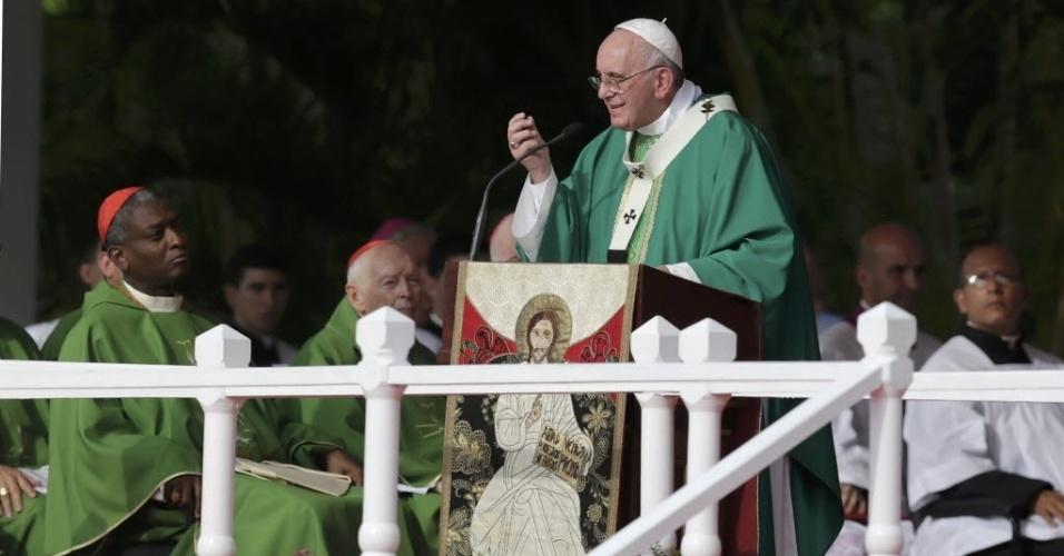 20.set.2015 - O papa Francisco celebra a primeira missa de sua visita à Cuba na manhã deste domingo, na Praça da Revolução, em Havana. Milhares de cubanos aguardavam a cerimônia no local desde a madrugada
