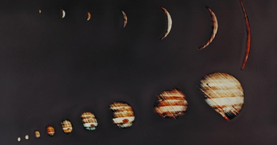 27.ago.2015 - JÚPITER - A primeira espaçonave a sobrevoar o planeta foi a Pioneer 10, em 1973, que também foi a primeira a conseguir passar pelo cinturão de asteroides. Seis anos mais tarde, a Voyager 1 descobriria que assim como Saturno, Júpiter também tem anéis. A nave também fez a primeira observação de Io, uma das luas conhecida por sua intensa atividade vulcânica. A Nasa enviou em 2011 a sonda Juno, que chegará no começo de 2016 ao planeta. A foto é um conjunto de imagens feitas em 1973 pela Pioneer 10 enquanto passava por Júpiter