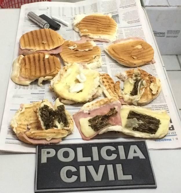 7.out.2015 - Mulher é presa ao entrar em delegacia com sanduíches 'recheados' de drogas