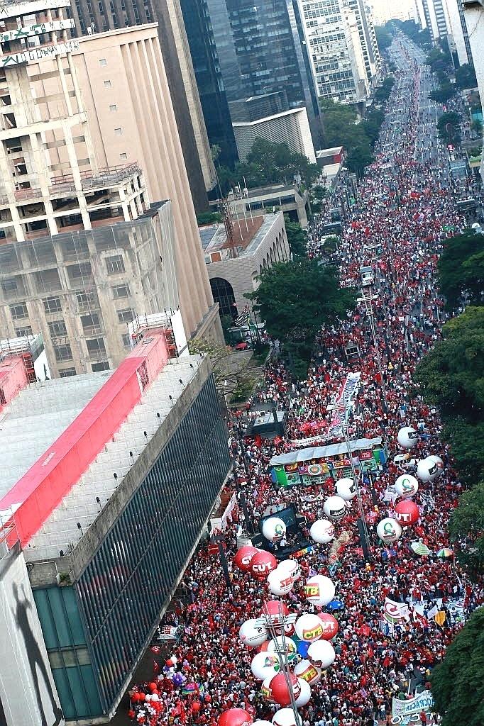 18.mar.2016 - Manifestantes se reúnem na avenida Paulista, em São Paulo, para ato pró-governo da presidente Dilma Rousseff e contra o processo de impeachment. Gritos como 'Não vai ter golpe' e o jingle 'Lula lá', utilizado na campanha do ex-presidente Lula nas eleições presidenciais de 1989, são cantados pelos participantes no protesto