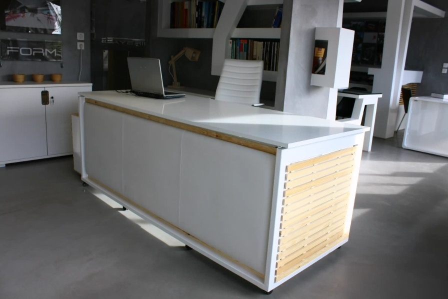 Um estúdio grego de design projetou uma mesa de escritório que vira uma cama. Clique nas imagens acima para ver as etapas da transformação