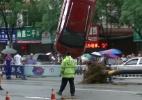 Buraco surge de repente e engole 4 carros na China (Foto: Reprodução)
