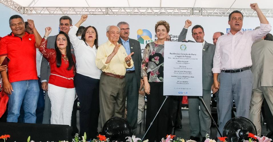 26.abr.2016 - A presidente Dilma Rousseff recebe apoio do governador da Bahia, Rui Costa (PT) (último à dir.), e de outros petistas durante entrega de unidades habitacionais do programa Minha Casa, Minha Vida, em Salvador. Costa criticou a posição da Fiesp no processo de impeachment
