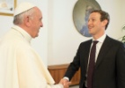 Papa se reúne com Zuckerberg para debater tecnologia no combate a pobreza (Foto: Osservatore Romano/Reuters)