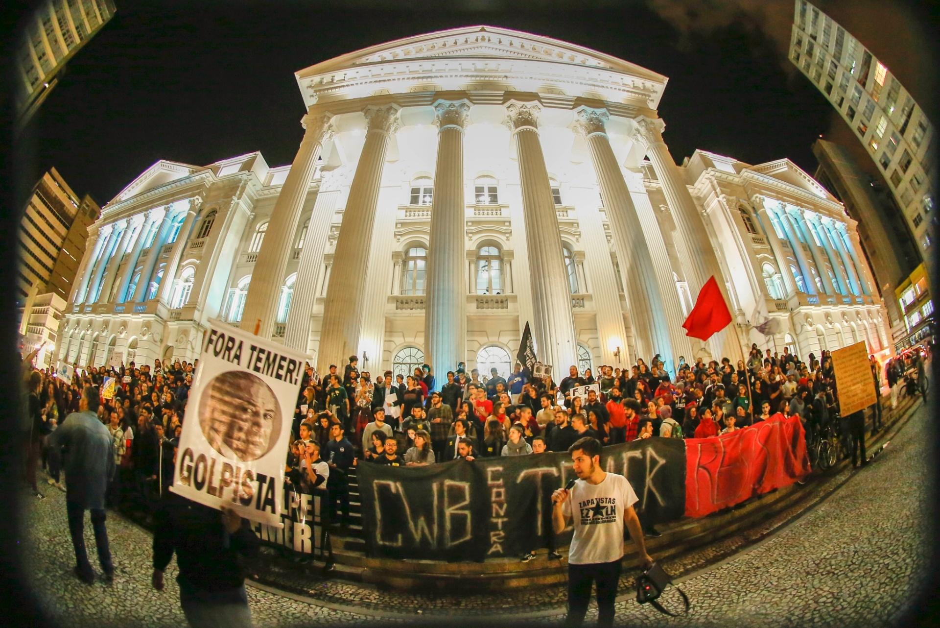 31ago2016--manifestantes-contra-o-impeachment-da-ex-presidente-dilma-rousseff-fazem-protesto-em-frente-ao-predio-da-universidade-federal-do-parana-no-centro-de-curitiba-1472695133308_1920x1282.jpg