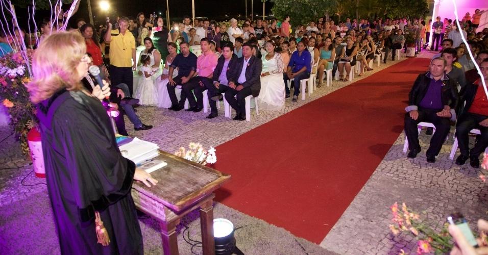 27.jun.2015 - A juíza Toia Vasconcelos realiza cerimônia do 2º Casamento Coletivo Civil Homoafetivo, em Estoril, em Fortaleza (CE), neste sábado (27). Vinte casais homossexuais se casaram na ocasião