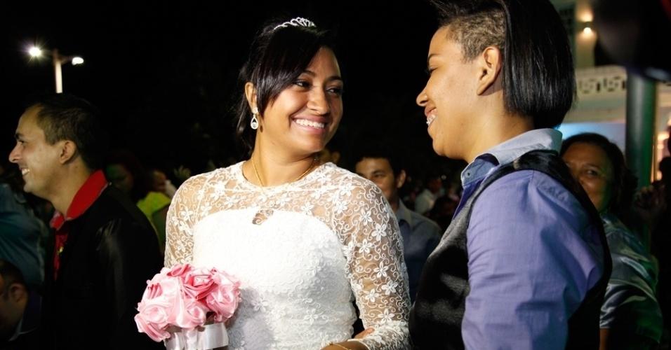 27.jun.2015 - Casal se casa durante o 2º Casamento Coletivo Civil Homoafetivo, em Estoril, em Fortaleza (CE), neste sábado (27). Vinte casais homossexuais se casaram na ocasião