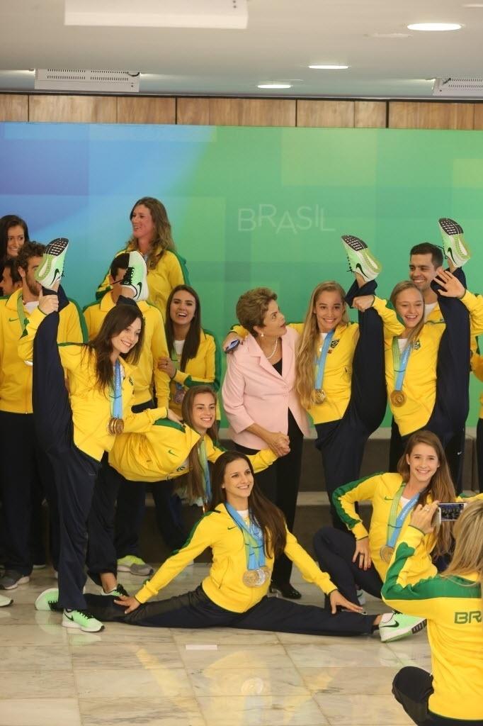 27.ago.2015 - A presidente da República, Dilma Rousseff, participa da cerimônia de recepção às delegações do Brasil dos Jogos Pan-Americanos e Parapan-Americanos de Toronto 2015 e homenagem aos 10 anos do programa Bolsa Atleta, em Brasília. Dilma foi barrada pela equipe do cerimonial ao tentar subir ao palco para discursar. Um dos cerimonialistas pediu que ela esperasse a passagem dos atletas cadeirantes