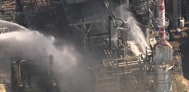 Equipes trabalham para controlar as chamas na refinaria de Pasadena, no Texas