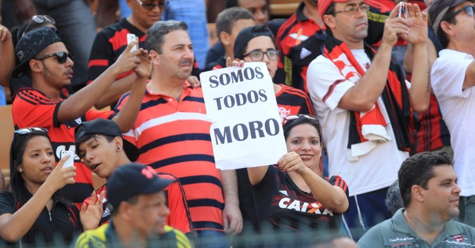20.mar.2016 - Torcedora do Flamengo segura cartaz em apoio ao juiz Sérgio Moro, que comanda a Operação Lava Jato. Durante o clássico contra o Fluminense disputado no Pacaembu, em São Paulo, as torcidas gritaram