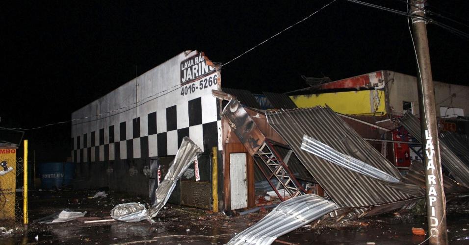 6.jun.2016 - Um forte temporal, acompanhado de rajadas de vento deixou parte da cidade de Jarinu (a 68 km de São Paulo) destruída. Pelo menos 50 pessoas ficaram feridas. A energia de todo o município foi cortada e a cidade passou a madrugada às escuras