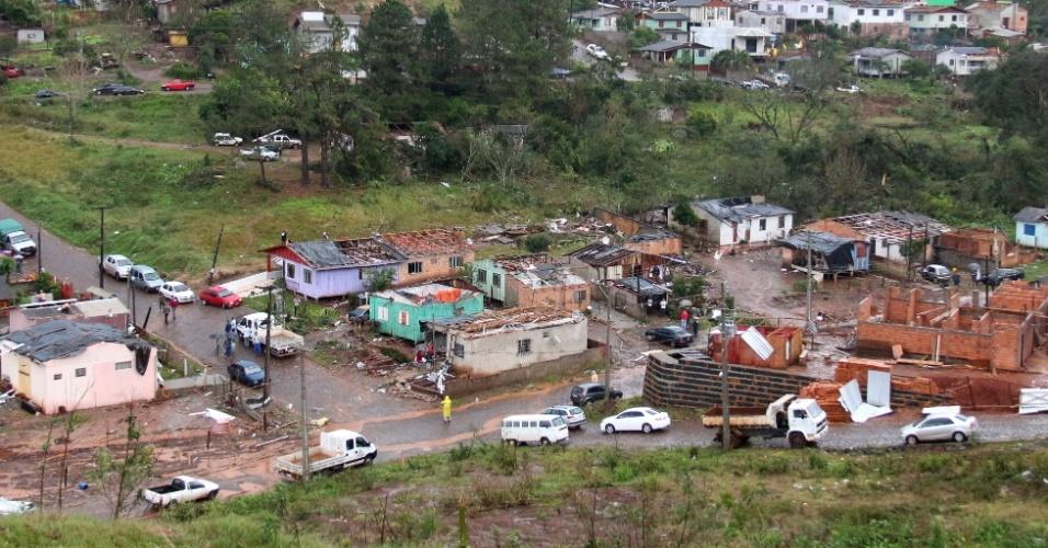 16.jul.2015 - Casas ficam destruídas destruídas após as fortes chuvas que atingiram o município Francisco Beltrão, no Paraná. Segundo a Defesa Civil Estadual, o número de atingidos pelas chuvas subiu para 33.310 em 50 municípios, a maioria na região sudoeste do Estado, região atingida por um tornado