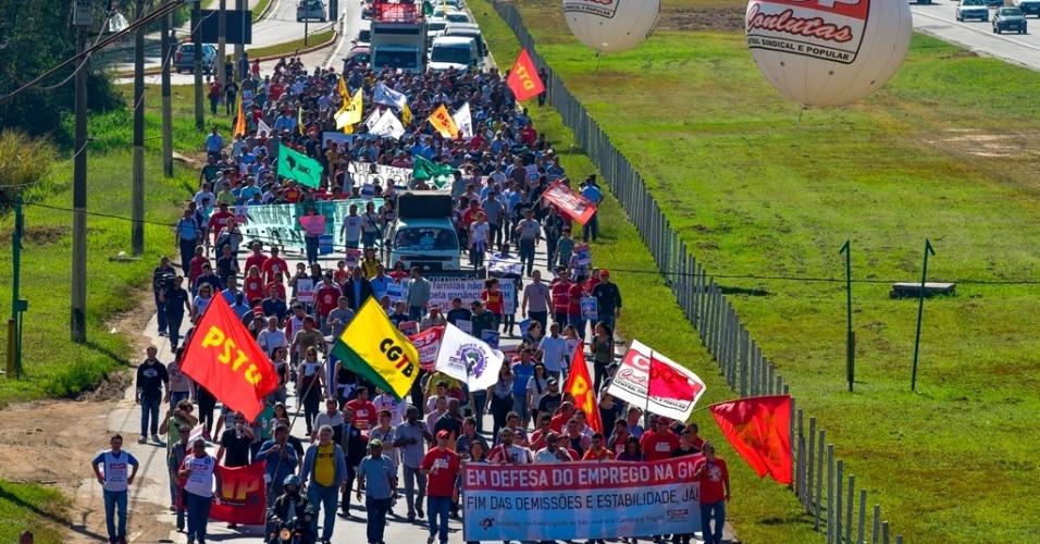 14.ago.2015 - Trabalhadores da General Motors em greve ocupam a marginal da Via Dutra durante passeata nesta sexta-feira (14), o quinto dia de greve dos funcionários. Eles tentam forçar a empresa a rever as centenas de demissões realizadas, por telegrama, no último sábado