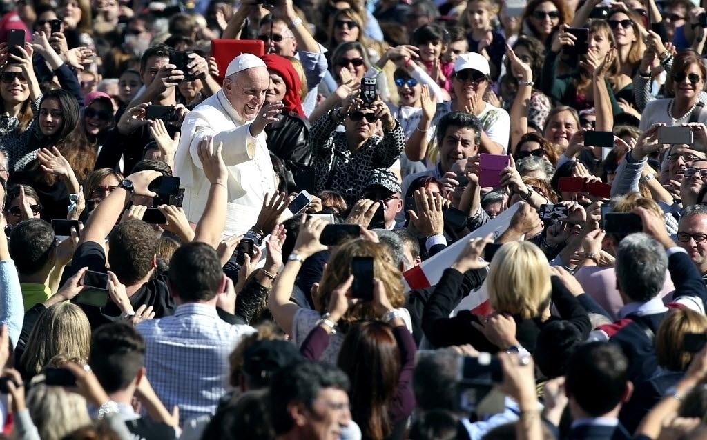 7.nov.2015 - O papa Francisco acena para fiéis na praça São Pedro no Vaticano, antes de participar de audiência com membros do seguro nacional italiano neste sábado (7)