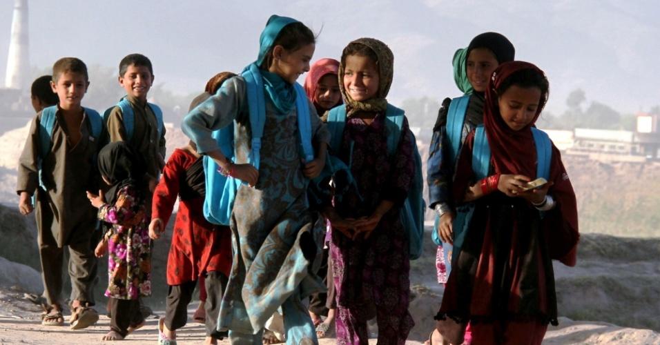 3.out.2015 - Crianças andam para chegar em escola ao ar livre de Jalalabad, leste do Afeganistão. Cerca de 3,5 milhões de crianças afegãs, de acordo com a Unicef, estão fora da escola, embora o país tenha feito grandes conquistas no campo da educação nos últimos 14 anos