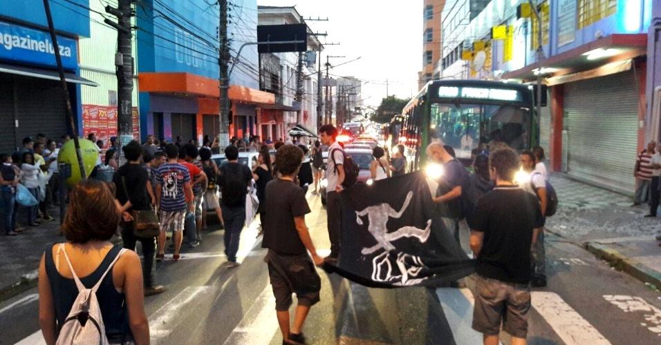 8.jan.2015 - Manifestantes protestam contra aumento das tarifas de ônibus, metrô e trem na região da Lapa, zona oeste de São Paulo, no começo da manhã desta sexta-feira (8)
