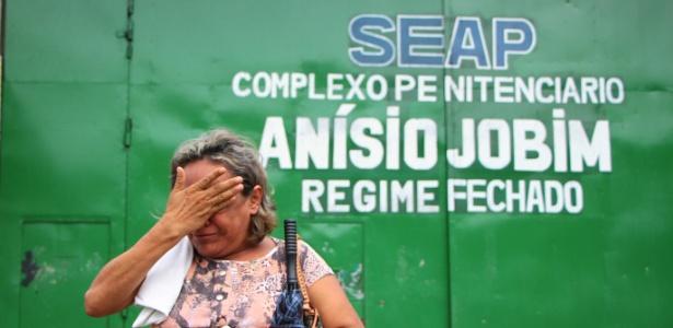 Esposa de detento chora em frente ao Compaj, onde 56 presos morreram