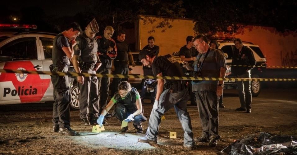 14.ago.2015 - Oficiais investigam local de um dos ataques realizados nesta madrugada em Osasco, na Grande São Paulo. Ao menos 20 pessoas foram mortas e sete ficaram feridas em uma série de ataques na região, no intervalo de 2h30. Segundo testemunhas, os ataques a tiros forma realizados por homens em um carro