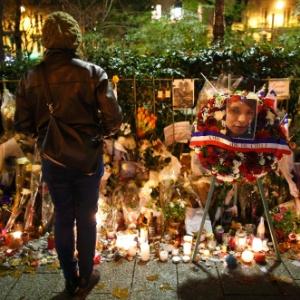 Homenagens às vítimas dos atentados em Paris são depositadas perto da casa de shows Bataclan, onde 89 foram mortos