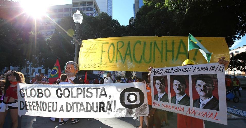 18.mar.2016 - Deputado federal Eduardo Cunha (PMDB-RJ), Globo e juiz Sérgio Moro são lembrados em cartazes no Rio de Janeiro