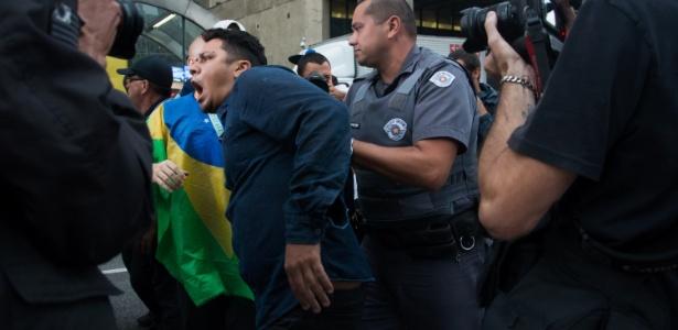Manifestante é detido na avenida Paulista, na área central de São Paulo, por violência e desacato a autoridade