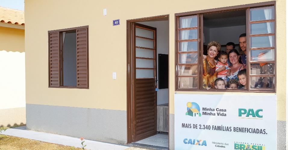 16.set.2015 - Presidente Dilma Rousseff durante cerimônia de entrega de unidades habitacionais do Conjunto Habitacional Jardim João Domingos Netto e entrega simultânea de unidades habitacionais do Condomínio Rubi, em Cotia/SP, do programa Minha Casa Minha Vida em Presidente Prudente (SP)