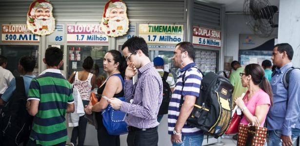 Apostadores fazem fila em São Paulo para jogar na Mega-Sena; prêmio é recorde